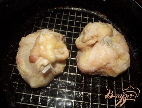 Мешочки с курицей и яблоками