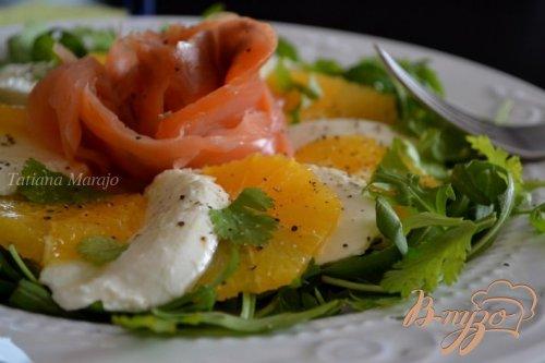 Салат с моцареллой, апельсином и копченой семгой