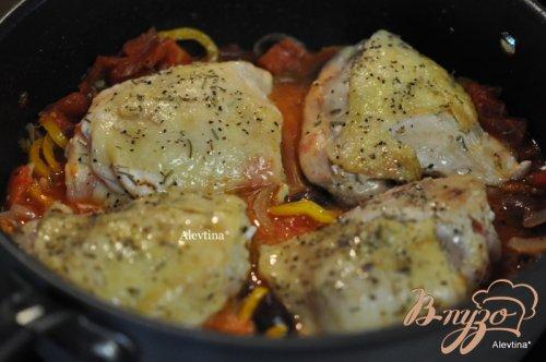 Куриные бедрышки с перцем каперсами,оливками