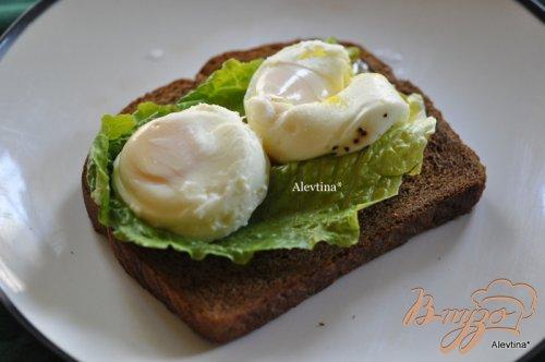 Цезарь салат с яйцами пашот