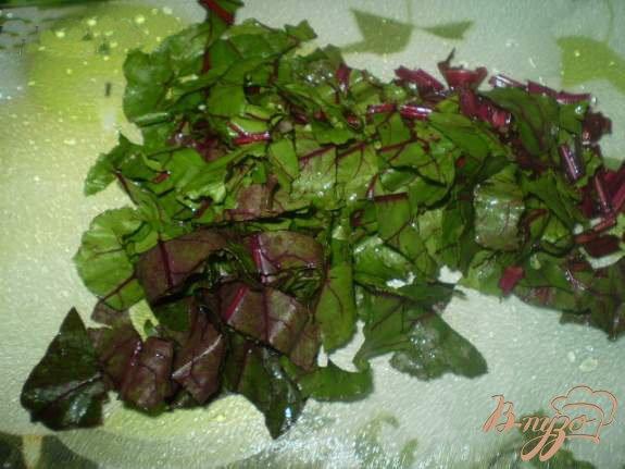 Фото приготовление рецепта: Витаминный салат со свекольной ботвой шаг №2