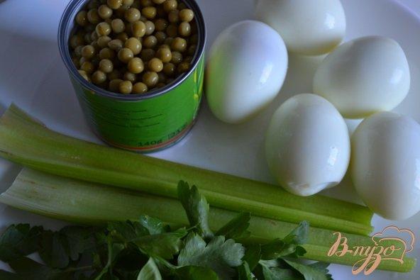 Фото приготовление рецепта: Яичный салат с горошком и сельдереем шаг №1