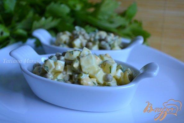 Фото приготовление рецепта: Яичный салат с горошком и сельдереем шаг №4
