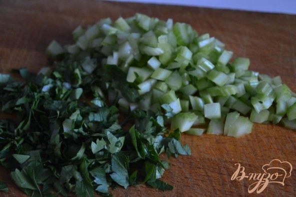 Фото приготовление рецепта: Яичный салат с горошком и сельдереем шаг №2
