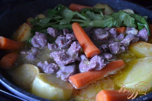 Фото приготовление рецепта: Овощное рагу с утиными желудочками шаг №3