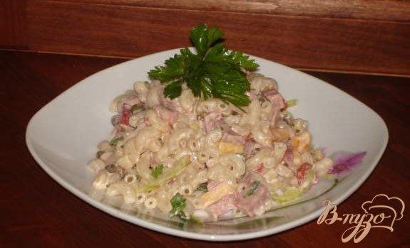 Рецепт Горячий салат из макарон и ветчины