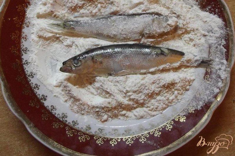 Фото приготовление рецепта: Жаренная черноморская сельдь шаг №3