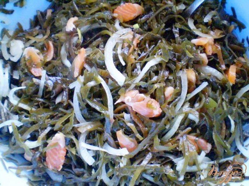Фото приготовление рецепта: Морская капуста с копченой семгой шаг №4