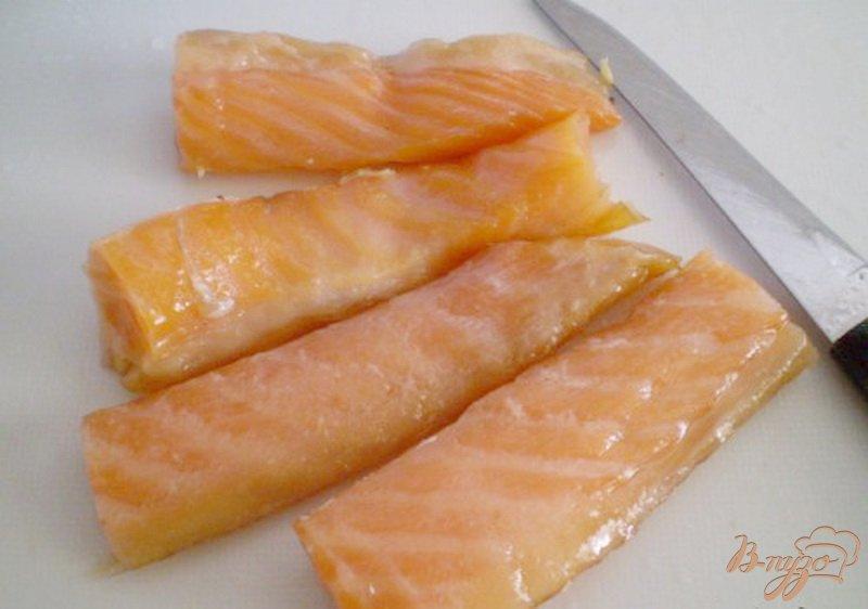 Фото приготовление рецепта: Морская капуста с копченой семгой шаг №2