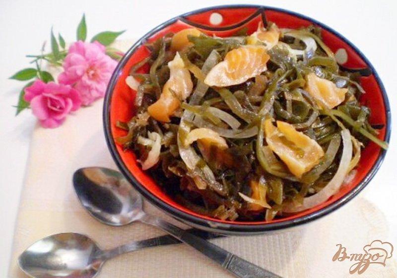 Фото приготовление рецепта: Морская капуста с копченой семгой шаг №5