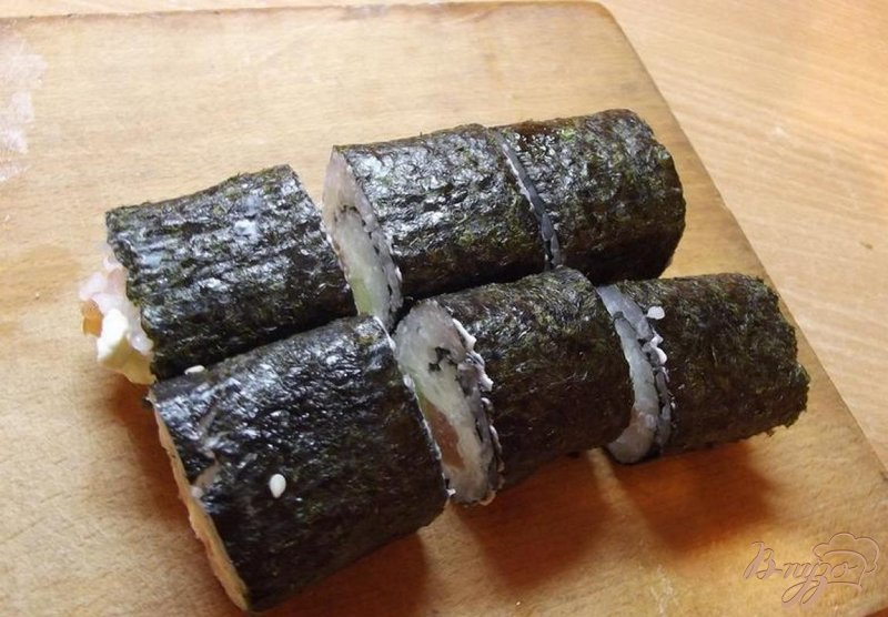 Фото приготовление рецепта: Роллы с лососем шаг №6