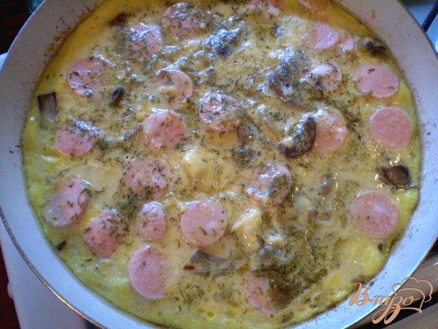 Фото приготовление рецепта: Сытный омлет с грибами шаг №4