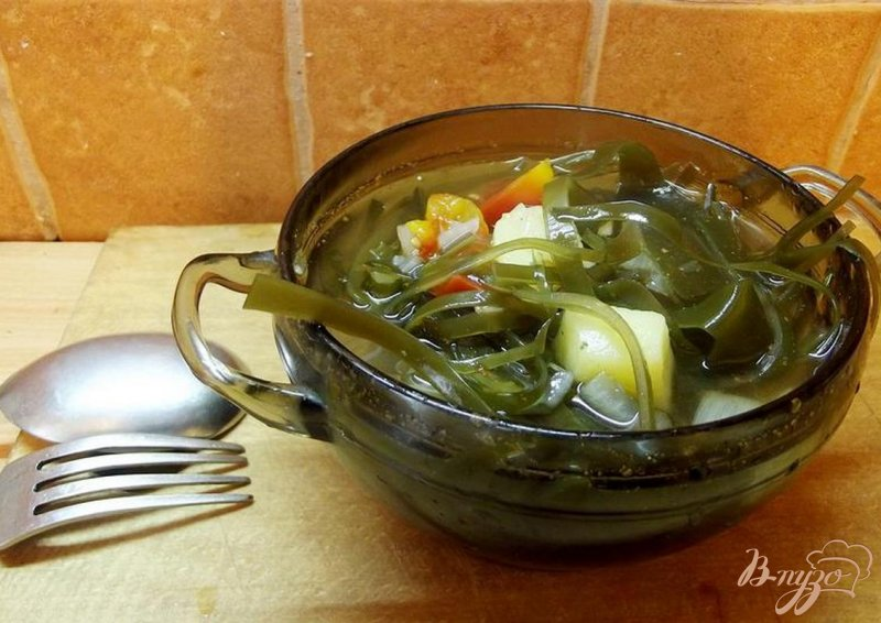 Фото приготовление рецепта: Суп с ламинарией и помидорами шаг №5