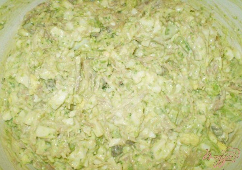 Фото приготовление рецепта: Салат мясной с каперсами и брокколи шаг №4