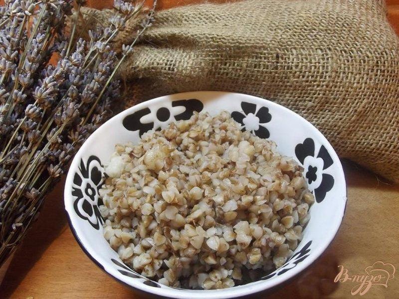Фото приготовление рецепта: Каша гречневая в горшочке с салом шаг №4