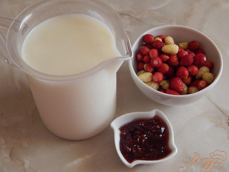 Фото приготовление рецепта: Молочный коктейль с земляникой и малиновым вареньем шаг №1