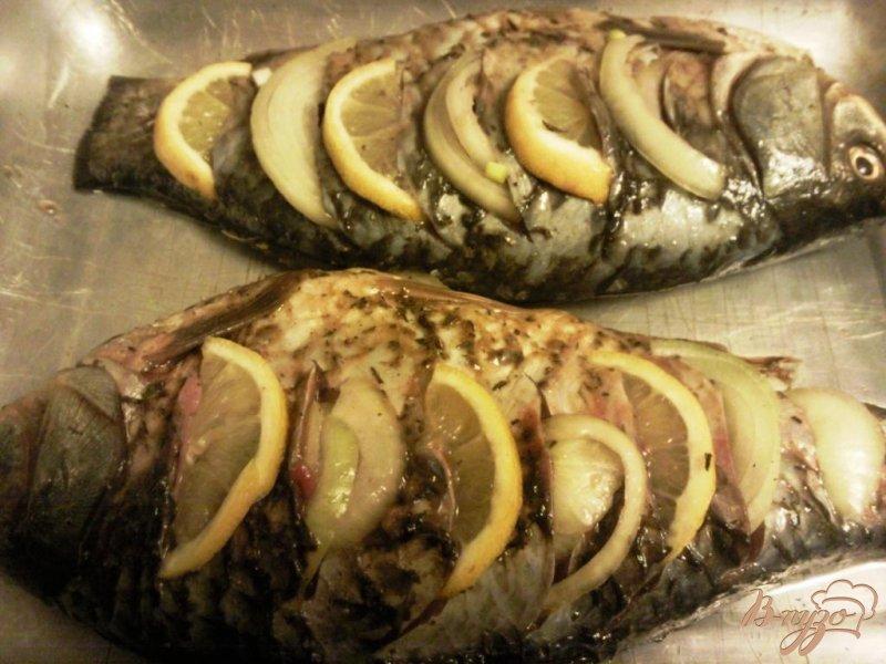 Фото приготовление рецепта: Караси с лимоном и луком шаг №3