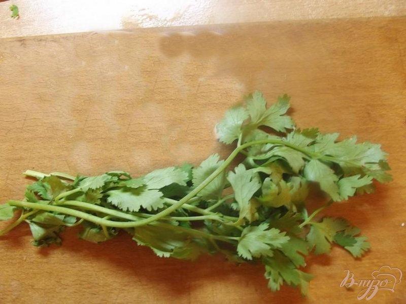 Фото приготовление рецепта: Салат с кинзой шаг №1