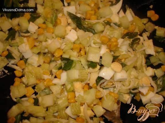 Фото приготовление рецепта: Салат с сушеными кальмарами № 2 шаг №2