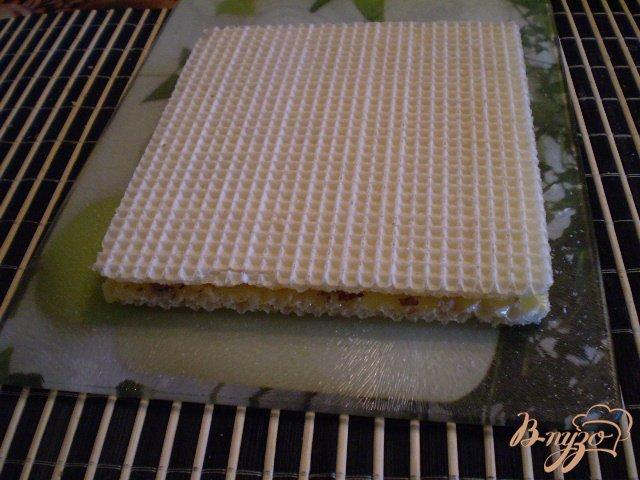 Фото приготовление рецепта: Медовые вафли с орешками шаг №5
