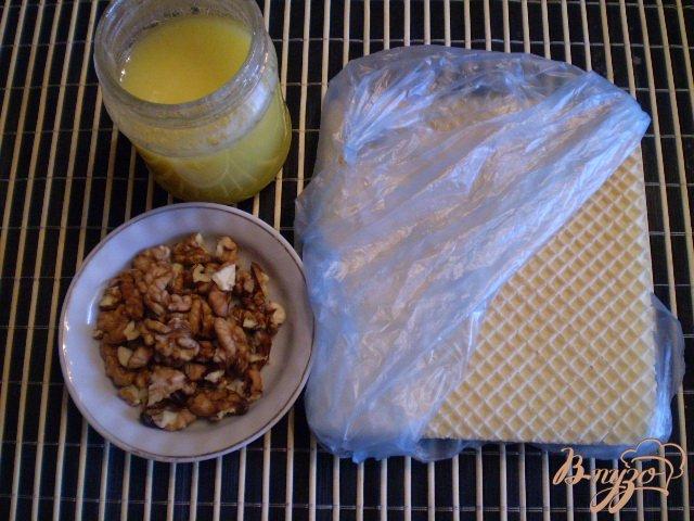 Фото приготовление рецепта: Медовые вафли с орешками шаг №1