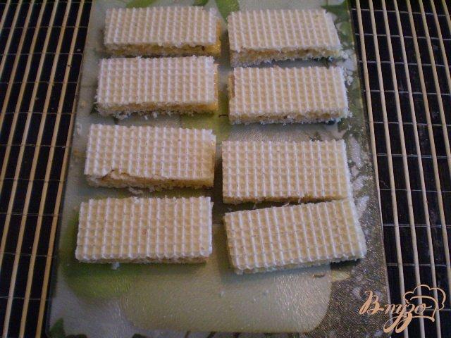 Фото приготовление рецепта: Медовые вафли с орешками шаг №6