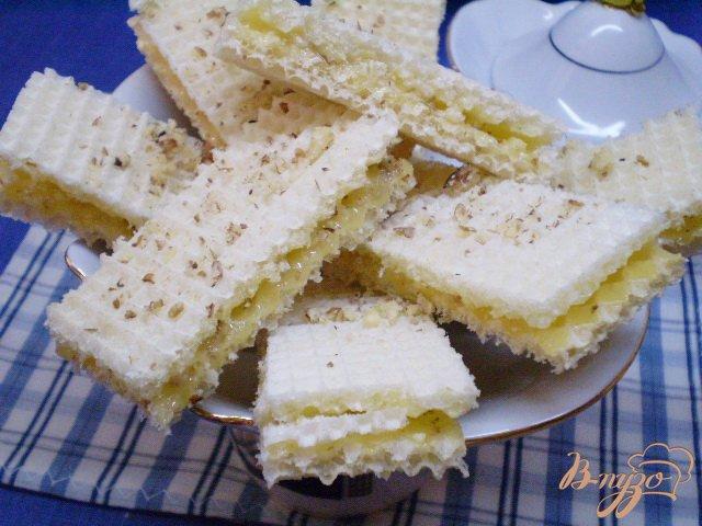 Фото приготовление рецепта: Медовые вафли с орешками шаг №7