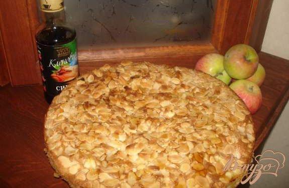 Рецепт Яблочный пирог с изюмом, миндалем и кленовым сиропом