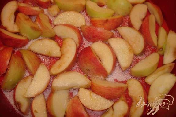 Фото приготовление рецепта: Яблочный пирог с изюмом, миндалем и кленовым сиропом шаг №1