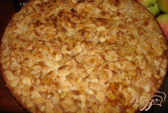 Фото приготовление рецепта: Яблочный пирог с изюмом, миндалем и кленовым сиропом шаг №4