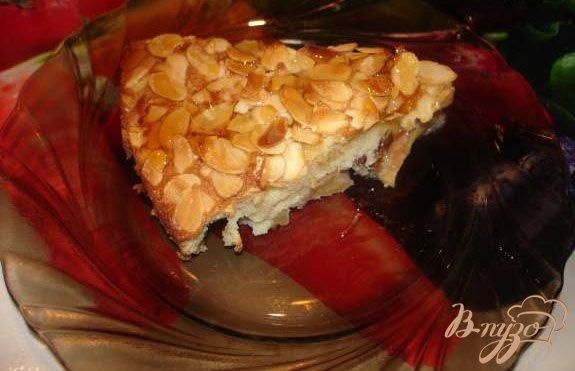 Фото приготовление рецепта: Яблочный пирог с изюмом, миндалем и кленовым сиропом шаг №5