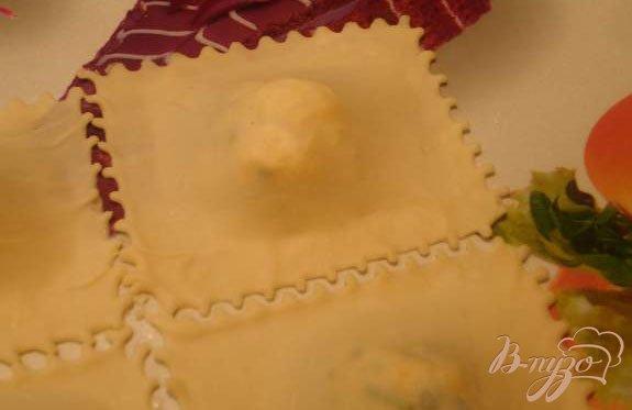 Фото приготовление рецепта: Равиоли с сыром шаг №4