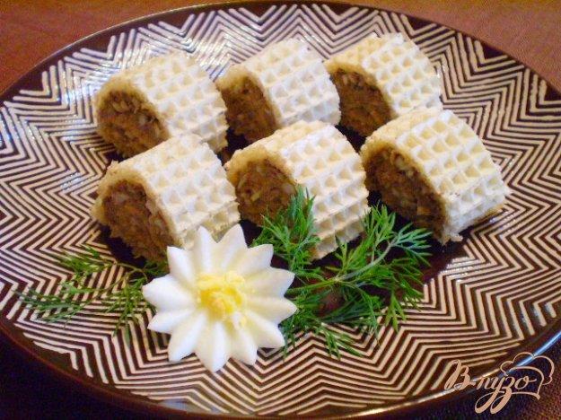 Рецепт Рулеты из рыбного паштета и вафельных коржей