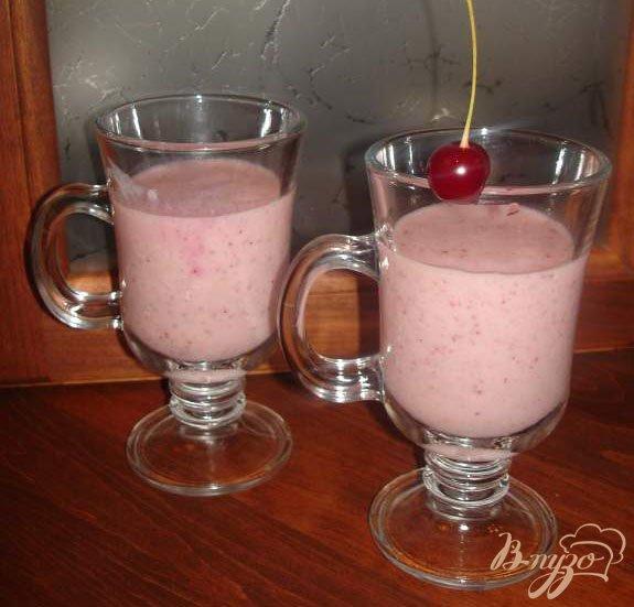 Фото приготовление рецепта: Молочный коктейль с клубникой шаг №4