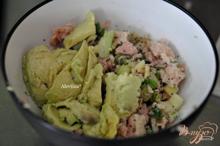 Фото приготовление рецепта: Авокадо с тунцом шаг №2