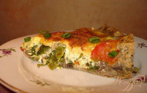 Фото приготовление рецепта: Ореховый пирог с черемшой, беконом и яйцом шаг №6
