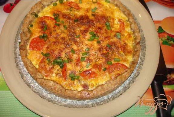 фото рецепта: Ореховый пирог с черемшой, беконом и яйцом