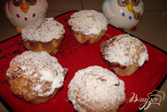 Фото приготовление рецепта: Кокосовые маффины с паричкой (красной смородиной) шаг №3