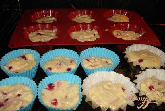 Фото приготовление рецепта: Кокосовые маффины с паричкой (красной смородиной) шаг №2