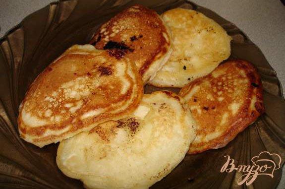 Фото приготовление рецепта: Пышные оладушки с фруктами шаг №5