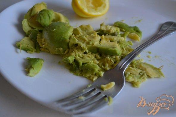 Фото приготовление рецепта: Закуска из авокадо с рыбой шаг №4