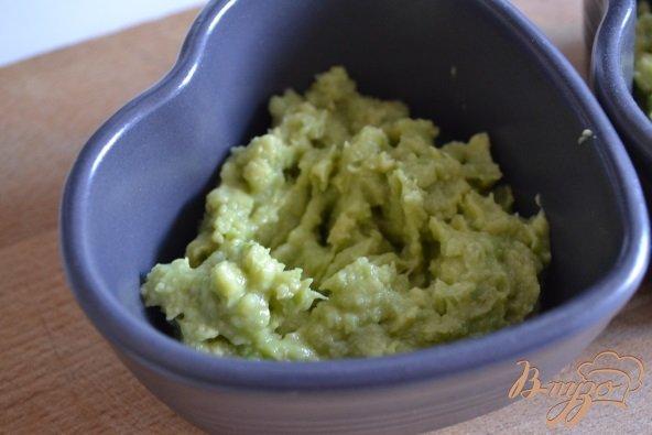 Фото приготовление рецепта: Закуска из авокадо с рыбой шаг №5