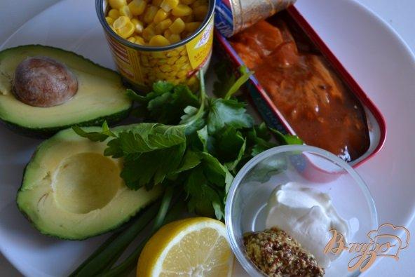 Фото приготовление рецепта: Закуска из авокадо с рыбой шаг №1