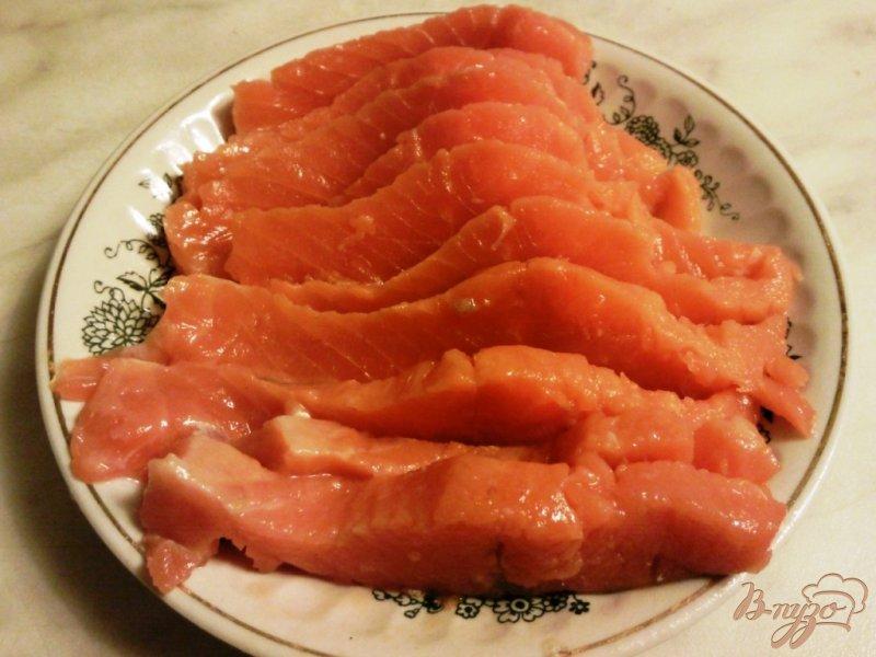 Фото приготовление рецепта: Форель соленая с укропом шаг №2