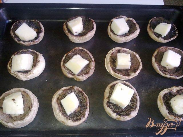 Фото приготовление рецепта: Шампиньоны с сыром халуми шаг №5