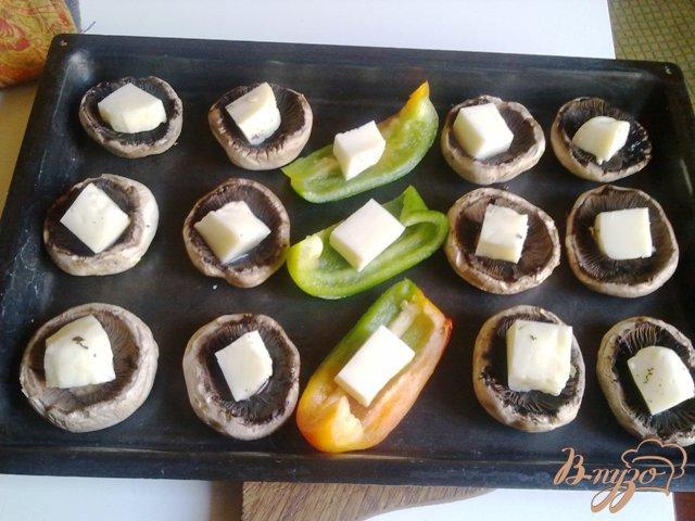 Фото приготовление рецепта: Шампиньоны с сыром халуми шаг №7