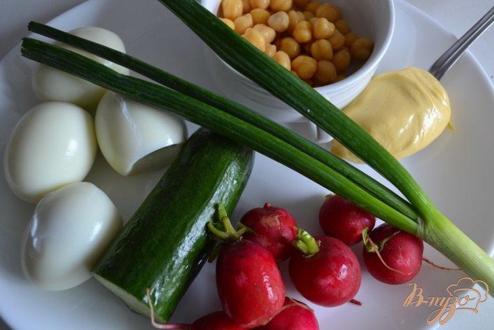 Фото приготовление рецепта: Яичный салат со свежим огурцом и редисом шаг №1