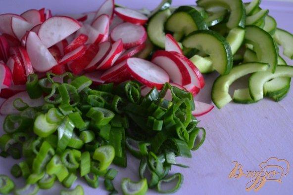 Фото приготовление рецепта: Яичный салат со свежим огурцом и редисом шаг №2