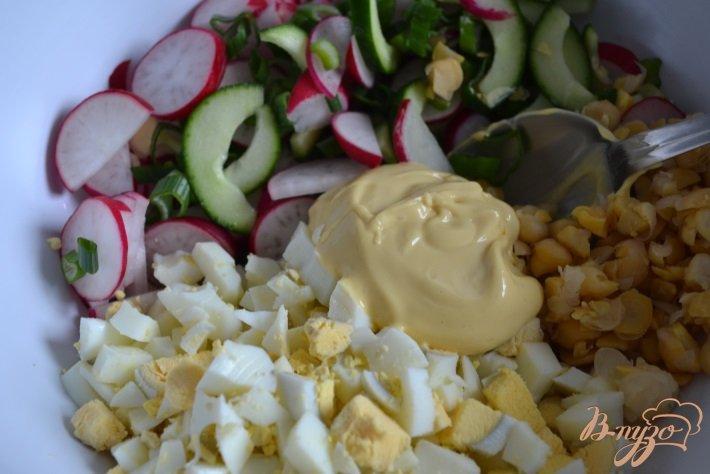 Фото приготовление рецепта: Яичный салат со свежим огурцом и редисом шаг №5
