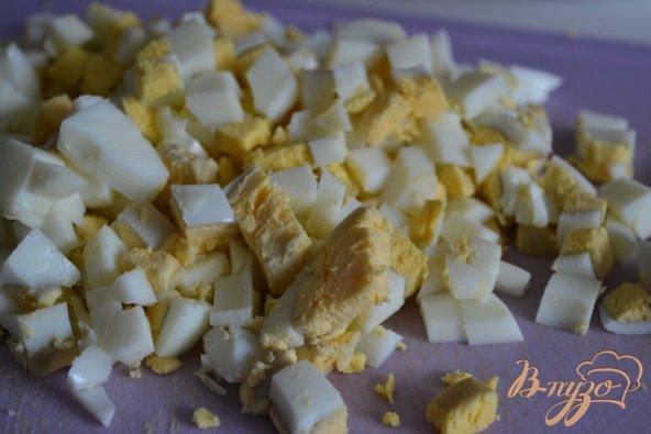 Фото приготовление рецепта: Яичный салат со свежим огурцом и редисом шаг №4